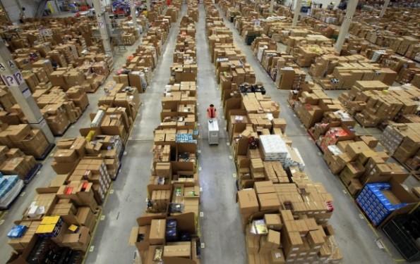 لمخازن شركة Amazon الضخمة الداخل