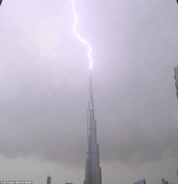مذهلة البرق يضرب اعلى العالم