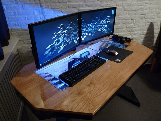 يدمج جهاز الكمبيوتر طاولة المكتب