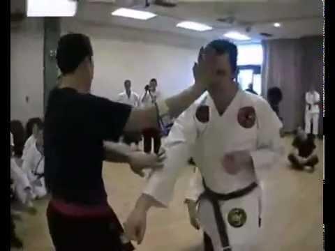 شاهد : مدرب كاراتيه يتسبب باغماء أحد اللاعبين بحركة بسيطة جدا !