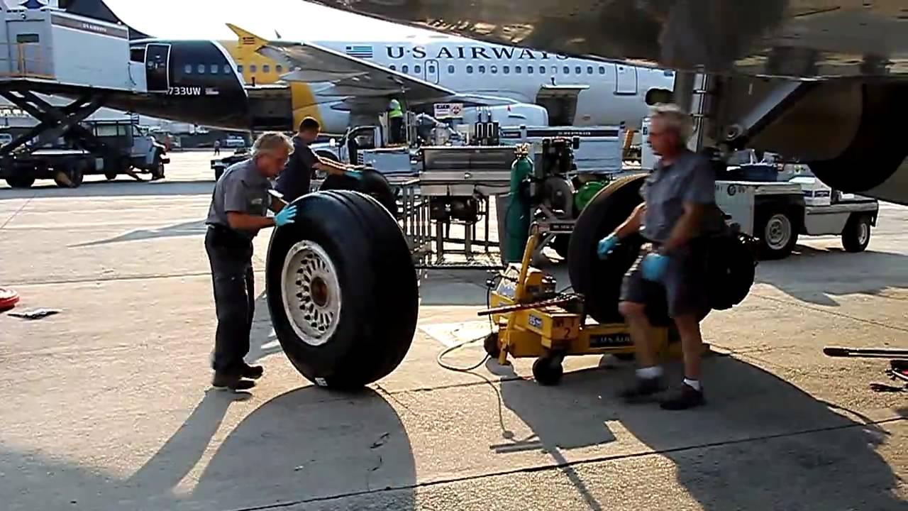 شاهد كيف يتم تبديل اطارات الطائرات ؟