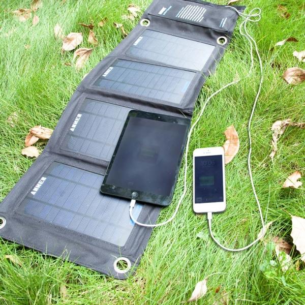 شاحن من شركة Anker يعمل بالطاقة الشمسية ويشحن هواتفك